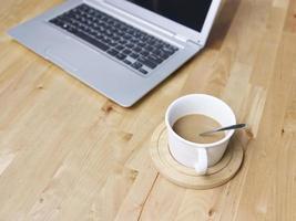 café e laptop foto