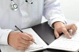 médico usando laptop foto
