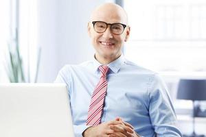 empresário com laptop foto