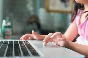 mão pequena toque touch pad notebook foto