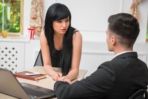 retrato de casal jovem negócios flertando perto da mesa em foto