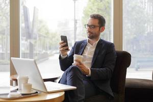 homem de negócios usando um telefone foto