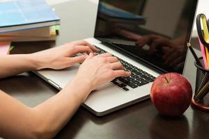 aluna trabalhando no computador