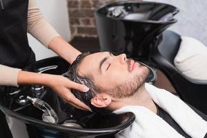 cabeleireiro lavando o cabelo do homem