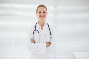 médico alegre com braços cruzados