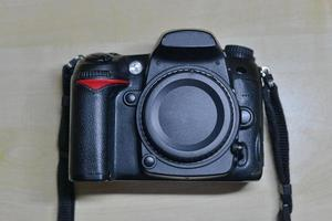 câmera digital dslr sem lente. corpo isolado foto