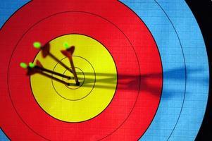 flechas atingindo alvo de tiro com arco foto