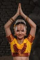menina bonita em traje tradicional foto