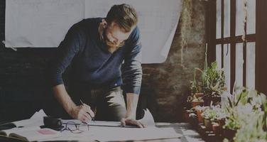 homem trabalhando determinar o conceito de estilo de vida do espaço de trabalho foto