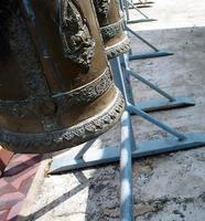 desejando sino em um templo tailandês foto