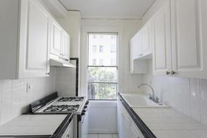 cozinha vazia e limpa em um apartamento. foto