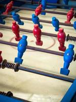 jogo de mesa de futebol com jogadores de vermelhos e azuis foto