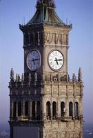 relógio no palácio da ciência e cultura em Varsóvia foto