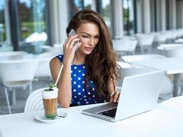mulher de negócios bonita durante telefonema foto