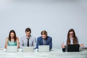 equipe de negócios trabalhando juntos em seu projeto de negócios no escritório foto