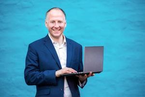 empresário com seu laptop foto