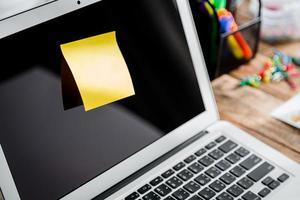 nota na tela do laptop foto