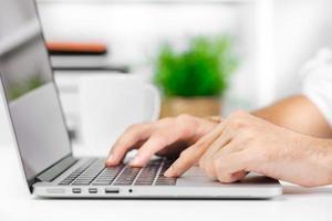 homem trabalhando no laptop foto