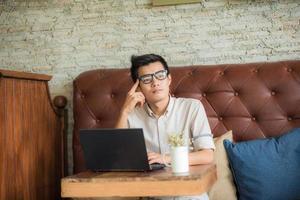 homem de negócios com computador portátil foto