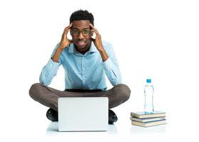 estudante universitário americano africano com dor de cabeça, sentado no branco foto