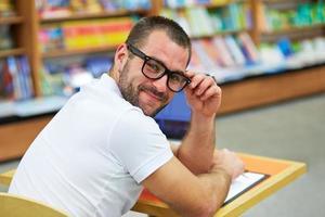 retrato de um homem com óculos na livraria