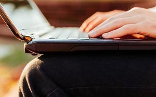closeup de homem usando laptop foto