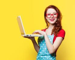 dona de casa em copos com computador foto