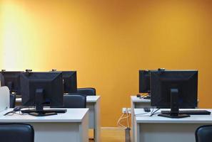 interior da sala de aula com computadores