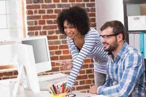 editores de fotos usando o computador no escritório