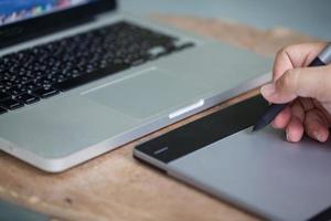 homem usa mesa digitalizadora. foto