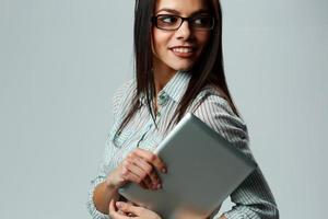 jovem empresária feliz segurando computador tablet foto