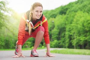 mulher loira atraente correndo na pista ao ar livre