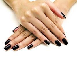 esmalte nas mãos femininas