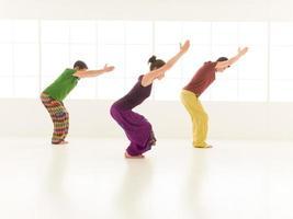 postura de ioga utkatasana foto