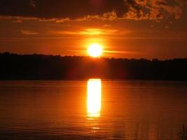 pôr do sol sobre a água, usedom e céu do mar Báltico está queimando foto