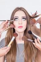 closeup de loira linda, fazendo o cabelo e maquiagem