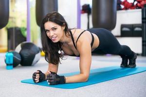 treinamento fitness mulher fazendo exercício de núcleo de prancha malhando para foto