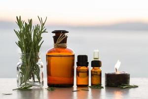 óleos essenciais de aromaterapia de alecrim em garrafas foto