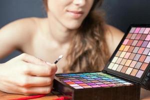 linda mulher caucasiana fazendo maquiagem