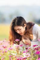 mulheres asiáticas no jardim cosmos foto