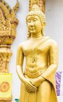 estátua de Buda de ouro tailandês em pé foto