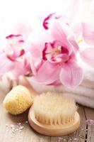 conjunto de spa e banho com flor de orquídea foto