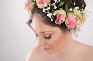 jovem mulher com flores foto