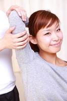 jovem mulher japonesa ficando Quiropraxia foto