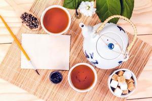 conjunto chinês de chá e cartão em branco. foto