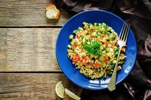 salada com bulgur e legumes, tabule
