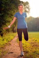 jovem mulher fazendo exercícios de alongamento