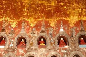 Buda na alcova é o pagode da parede do templo, myanmar. foto