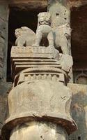 pilar ashoka em cavernas de karla budistas na Índia