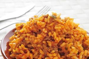 picadillo, prato tradicional em muitos países da América Latina, com arroz foto